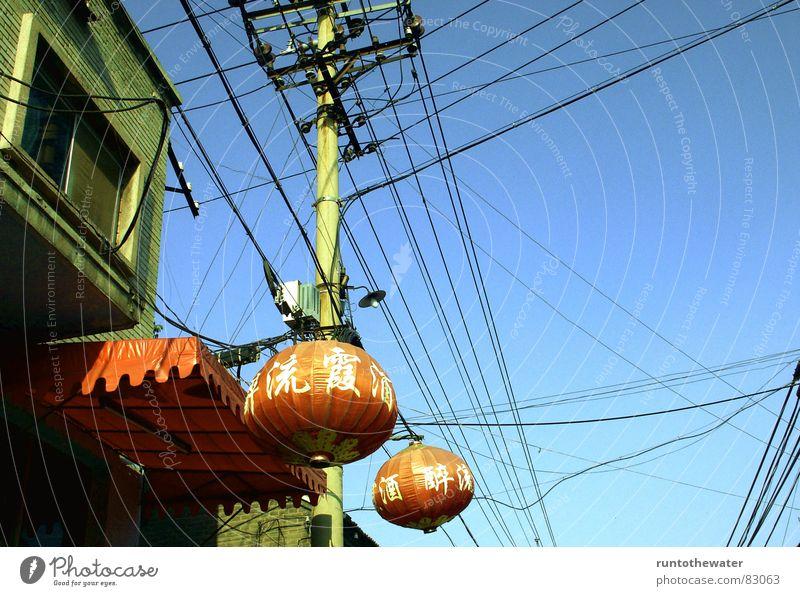 Damals in Peking... Himmel blau Linie Energiewirtschaft Ordnung Netzwerk Schriftzeichen Asien China Laterne chaotisch Mischung durcheinander