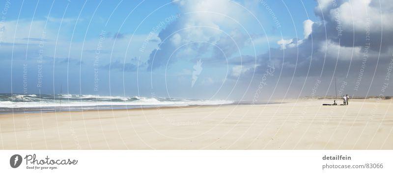 angeln am beach Limonade Angeln Strand Meer Wellen Mann Erwachsene Sand Wasser Wolken Küste Seeufer Fisch blau Atlantik Brandung Fischereiwirtschaft blasen