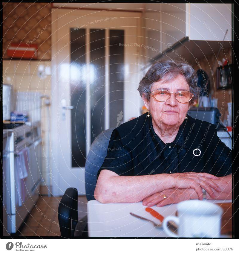 Witwe Frau alt Hand Einsamkeit Senior Traurigkeit Denken Mensch sitzen Tisch Brille Trauer Küche Großmutter Dame 60 und älter