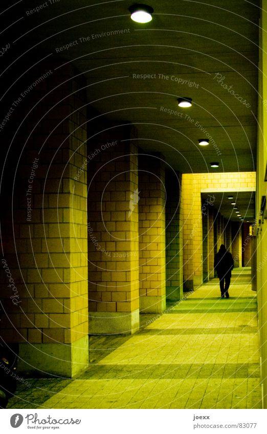 The Green Mile Mann Einsamkeit Haus Ferne dunkel Wege & Pfade Beleuchtung Angst laufen hoch Sicherheit trist Unendlichkeit lang Backstein Bürgersteig