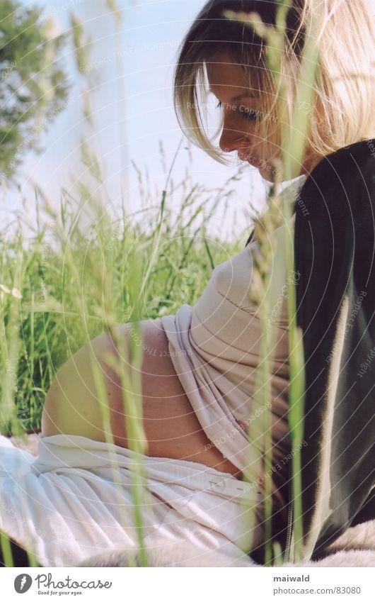 Nur noch ein paar Tage... Jugendliche aufstützen Frau feminin schwanger blond Mutter Wiese grün Halm Gras Sommer Frühling Erholung Erwartung ruhig dick rund