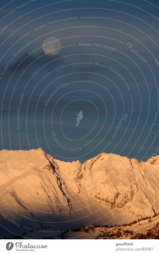 Sonne, Mond und Berge Vollmond Kanton Wallis Schweiz Bergkette Abend Sonnenuntergang Dämmerung Winter Berge u. Gebirge Schnee Abenddämmerung