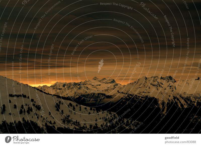Weltuntergang im Wallis Kanton Wallis Schweiz Bergkette Abend Winter Berge u. Gebirge sonnenuntergang zwielicht Sonne Schnee Abenddämmerung