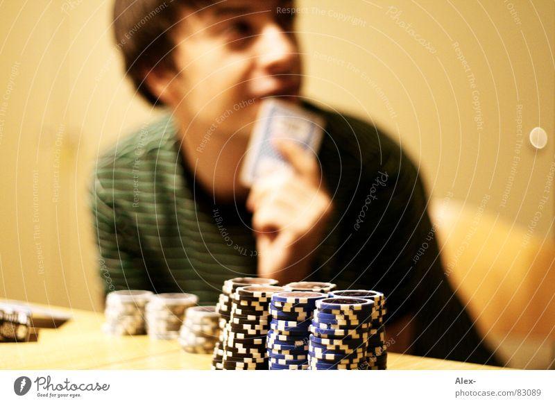 Hand auf's Herz Jugendliche Spielen sitzen Erfolg Risiko 13-18 Jahre Spielkasino Poker Chance Kartenspiel Spielsucht Pokerchip