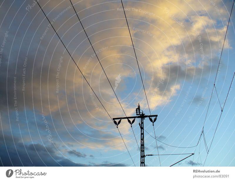 Beste versorgung Himmel Wolken dunkel Linie Verkehr Eisenbahn Energiewirtschaft Elektrizität Technik & Technologie Gleise Strommast Abenddämmerung Leitung Hochspannungsleitung Versorgung Bahnfahren