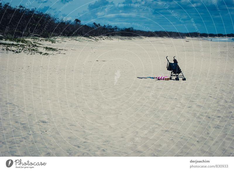 Einsam und allein Himmel Ferien & Urlaub & Reisen blau schön weiß Wasser Meer Einsamkeit rot Strand klein Sand Metall authentisch Schönes Wetter beobachten