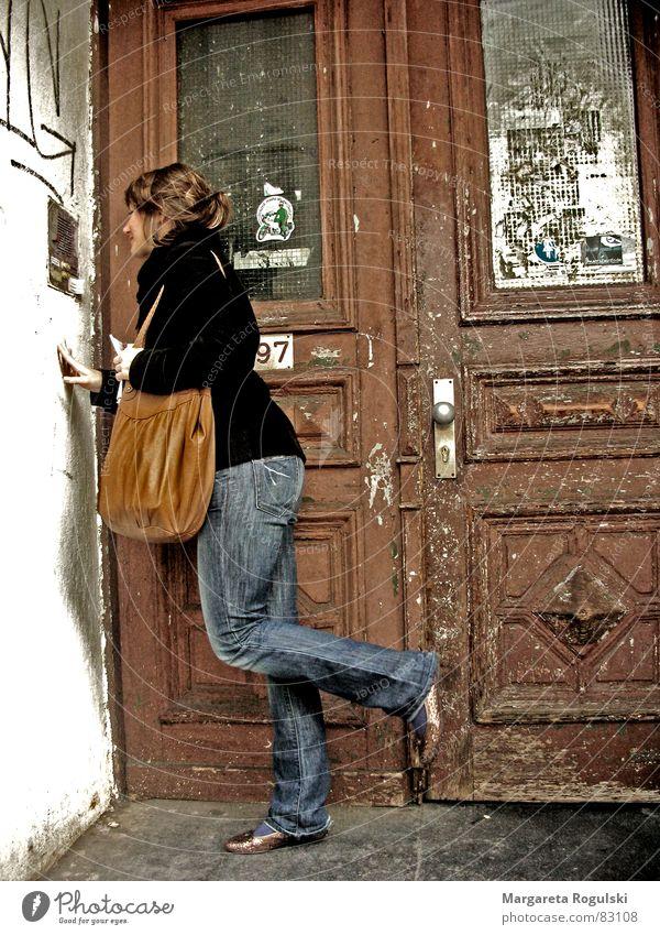 vor verschlossenen türen Haus kalt Holz Tür kaputt Eingang Tasche Griff Osten Gast Block Altstadt Holztür Gegensprechanlage