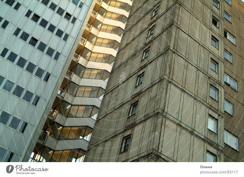 Treppenhaus Gebäude Bauwerk Plattenbau Bürogebäude Etage Fenster Beton Fassade Glasfassade aufsteigen Fensterscheibe Detailaufnahme Zwischengeschoss Leiter