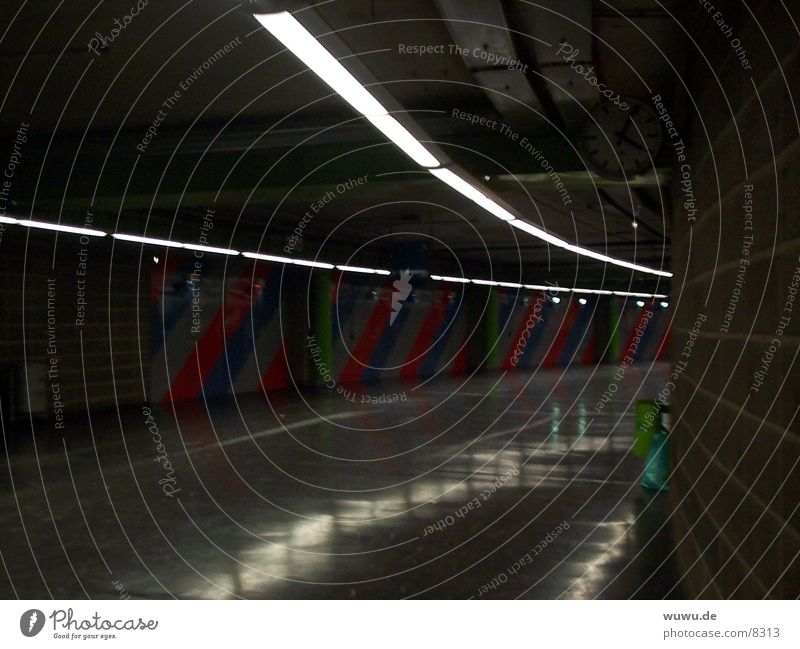 Der dunkle Gang? Tunnel grau Streifen Uhr Justizvollzugsanstalt Architektur bedrohlich