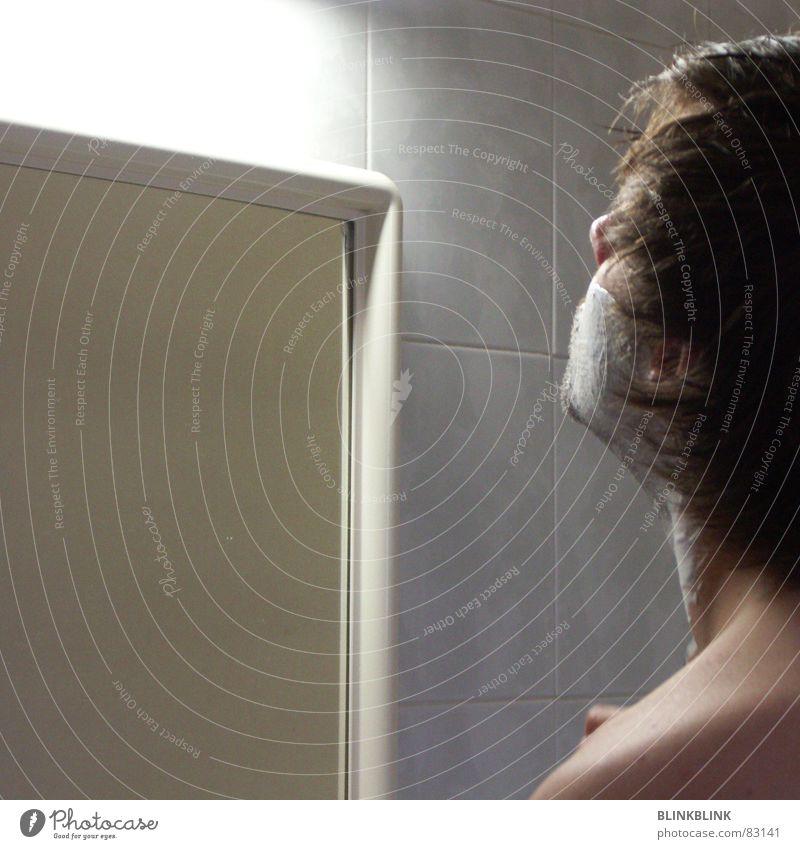 rasur Mann Rasieren Rasierklinge Spiegel Bart Haare & Frisuren Fliesen u. Kacheln Bad schön Schulter hinten Licht Toilette Rasierschaum Hals Gesicht Kopf Nase