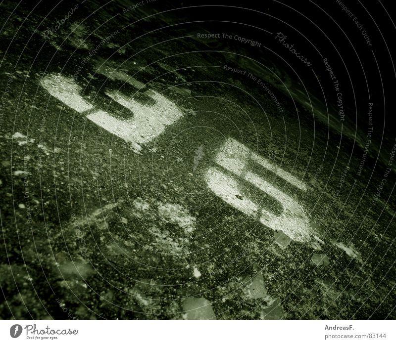 fünf_und_dreißig Straße dunkel kalt Schnee Eis 3 trist Schriftzeichen Ziffern & Zahlen Asphalt Buchstaben 5 30 Parkplatz Straßenbelag Jubiläum