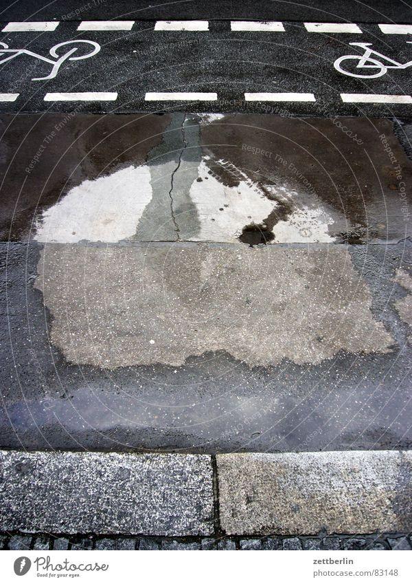Keine Pfütze Wasser Straßenverkehr nass Verkehr Güterverkehr & Logistik Asphalt Vergänglichkeit Bürgersteig Hinweisschild trocken Verkehrswege Erdöl feucht