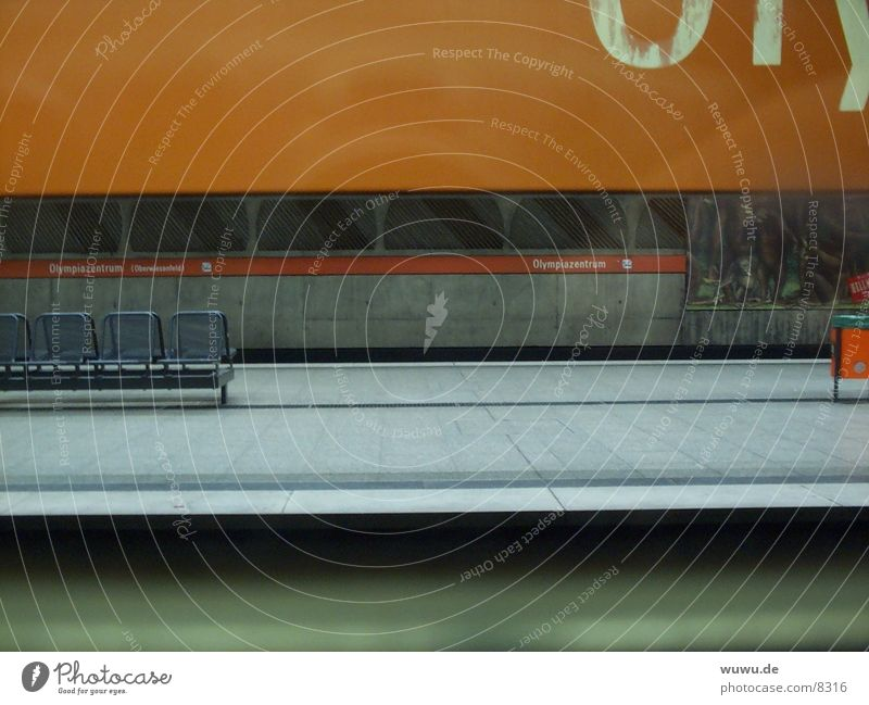 U-Bahn Olympiapark 1 orange Architektur München Bahnsteig