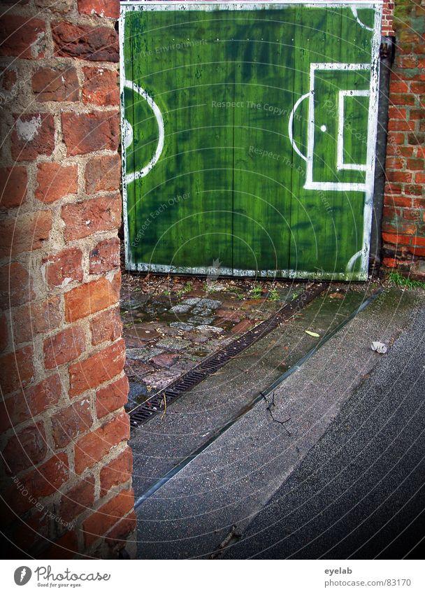 Tor, Tor, Fussballtor ! Torwart Übereifer grün Einfahrt Eingang Ausgang Backstein Wand Grundstück Holz Holztor Gemälde Schmiererei Weltmeisterschaft Niederlage