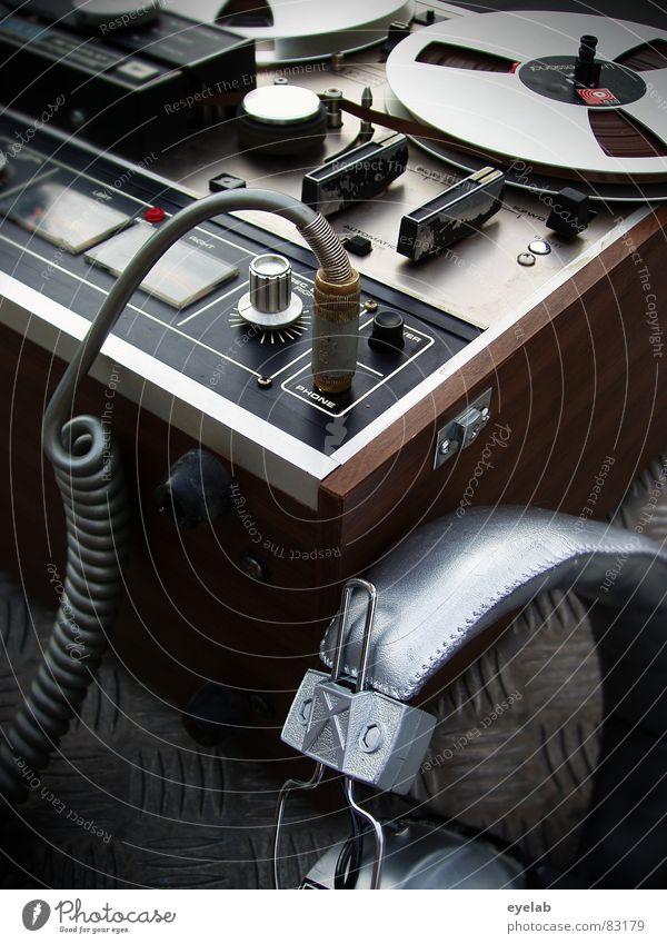 Das Auge hört bekanntlich mit Musik Metall Beginn retro Technik & Technologie Kabel stoppen Medien Konzert analog hören Stahl silber Foyer Kopfhörer Ton