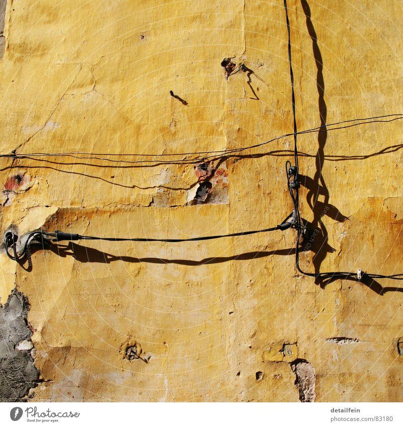 die sonne brennt Kabel Sand Mauer Wand Stein historisch gelb Mörtel Elektrizität porös Draht Putz ausgebleicht Schraube beige verdunkeln Split antik Altertum