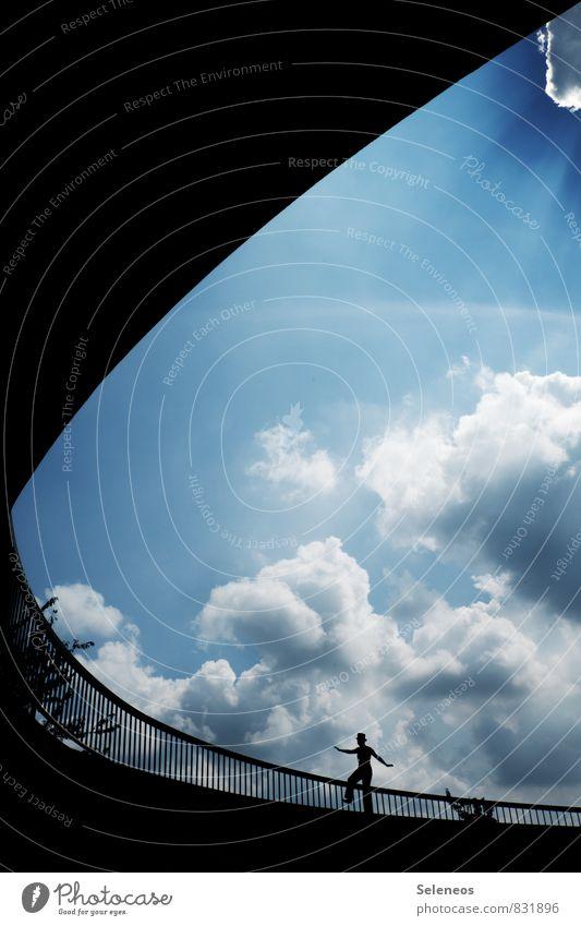 Gratwanderung 1 Mensch Himmel Wolken Sonne frei Höhenangst Mut Treppengeländer Brückengeländer Farbfoto Außenaufnahme Tag Licht Kontrast Lichterscheinung
