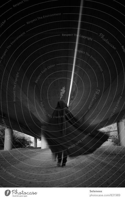 Abgang Mensch 1 Brücke Tunnel Hochstraße Umhang gehen kalt Schwarzweißfoto Außenaufnahme Licht Schatten Kontrast Bewegungsunschärfe Ganzkörperaufnahme