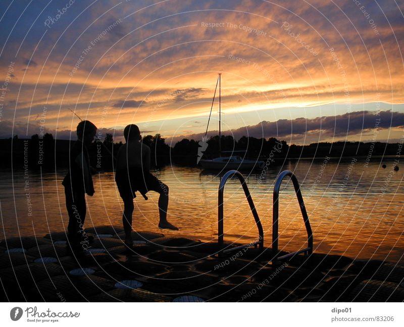 2 außer Rand und Band Kind Wasser Himmel Sonne Wolken Junge See Wasserfahrzeug Steg Angeln Abenddämmerung Segelboot