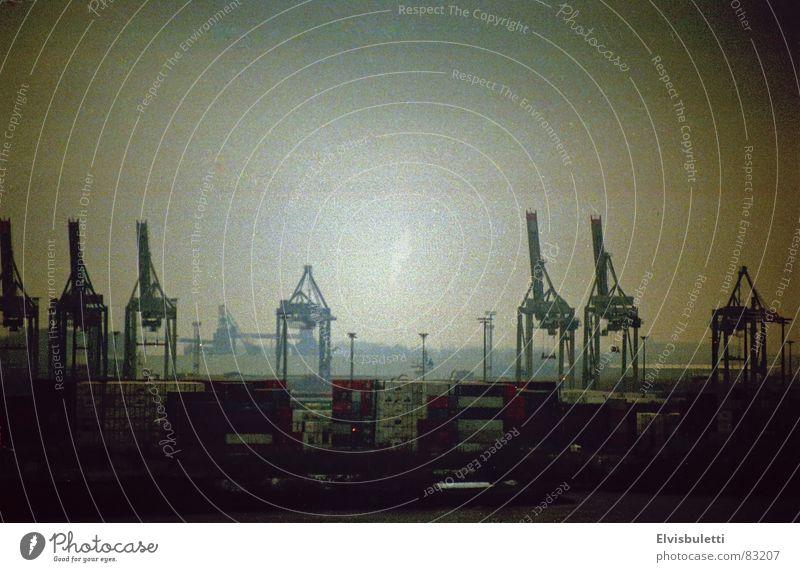 Hafen Düsternis dunkel Traurigkeit Nebel trist Anlegestelle Kran Elbe Schleier Dock schlechtes Wetter Nebelschleier Hafenkran Liegeplatz