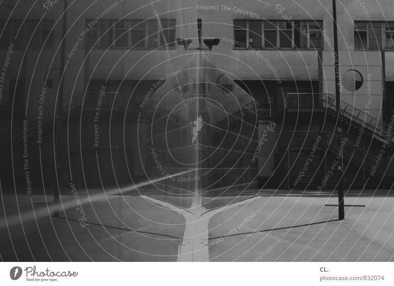 parallelwelt Stadt Platz Gebäude Architektur Mauer Wand Fassade trist komplex Irritation Wege & Pfade Überwachung Überwachungskamera überwachen Schwarzweißfoto
