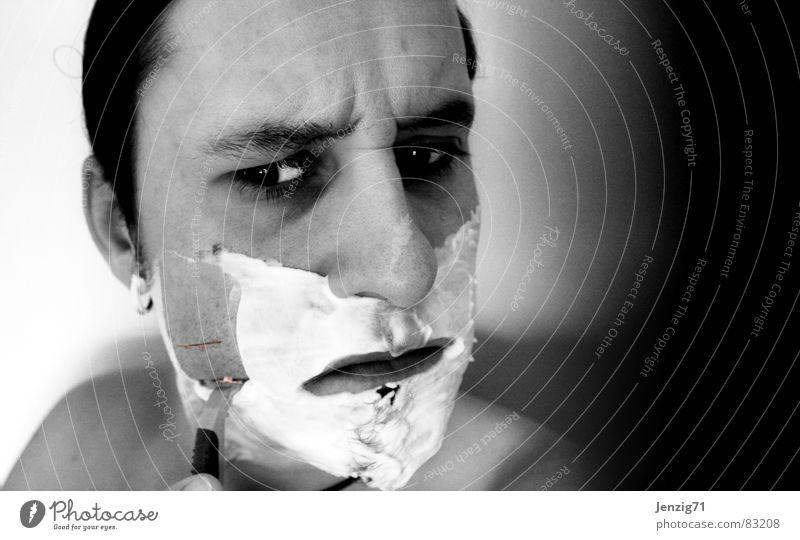 cut. Porträt Rasieren Bart geschnitten Rasierklinge Spiegel Bad Wunde Rasierschaum Gesicht Körperpflege Schnittwunde Körperverletzung Spiegelbild Mann Wut Ärger