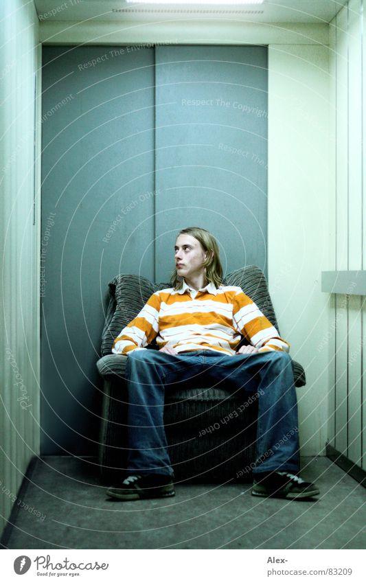Sessellift Mensch Jugendliche Erholung Haare & Frisuren Denken Schuhe orange Tür sitzen Sicherheit Coolness Jeanshose fahren Stuhl Sofa Streifen