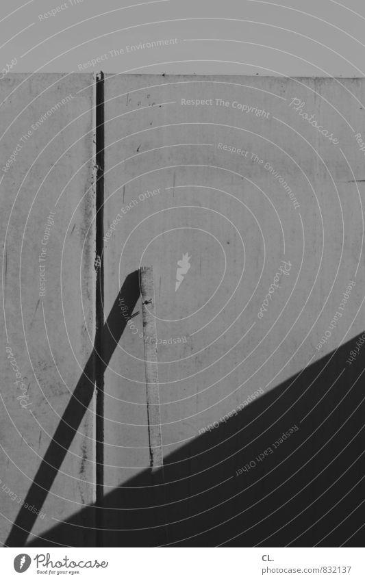 die ordnung der dinge Baustelle Mauer Wand bauen trist Holzbrett Mauerstreifen Schwarzweißfoto Außenaufnahme abstrakt Menschenleer Tag Licht Schatten Kontrast
