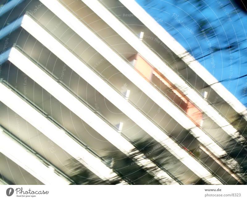 Lomohaus weiß blau Haus Hochhaus Streifen Etage Raster Fototechnik Markise