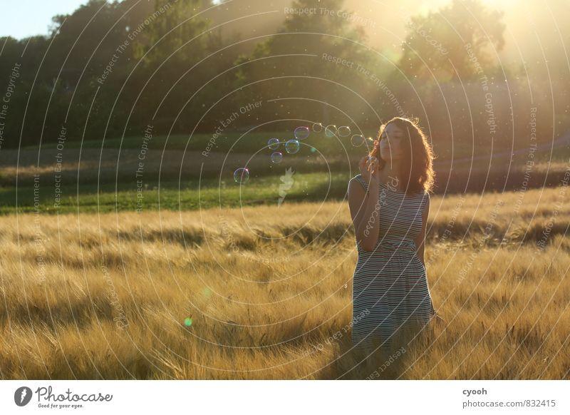 the lightness of summer Junge Frau Jugendliche beobachten leuchten träumen frei natürlich schön Wärme feminin weich gold Freude Glück Fröhlichkeit Zufriedenheit