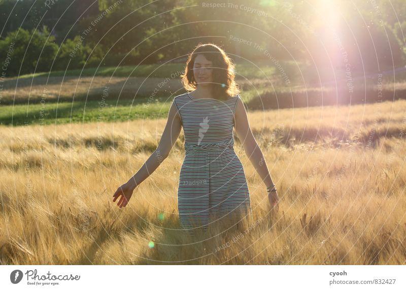the beauty of sunset Sommer Junge Frau Jugendliche beobachten berühren Bewegung entdecken genießen Lächeln leuchten streichen träumen hell natürlich schön Wärme