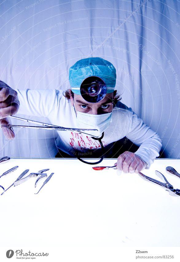 """doctor """"kuddl"""" - zange bitte! Auge Gesundheitswesen festhalten Arzt Spiegel Krankenhaus Werkzeug Blut Musikinstrument Unfall geschnitten Handschuhe Mundschutz Operation Zange verletzen"""