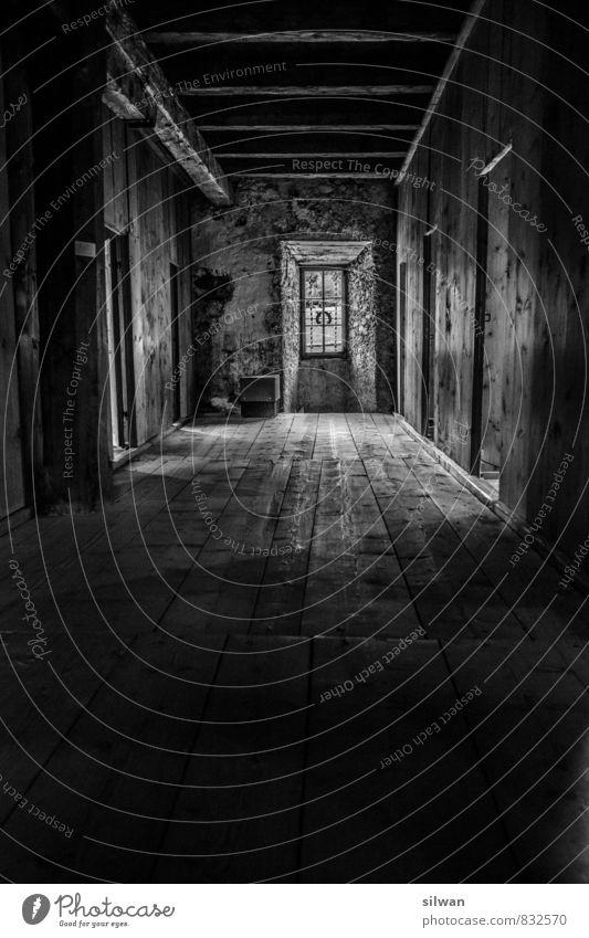 Korridor Ferien & Urlaub & Reisen Fenster Tür gruselig historisch kalt trist trocken grau schwarz ruhig diszipliniert Einsamkeit Vergangenheit Vergänglichkeit