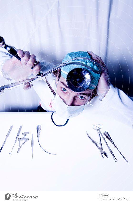 "doctor ""kuddl"" - geklammert Zange klemmen Arbeitsunfall Arzt Krankenhaus Chirurg Skalpell Gesundheitswesen Mundschutz Spiegel Handschuhe Operation geschnitten"