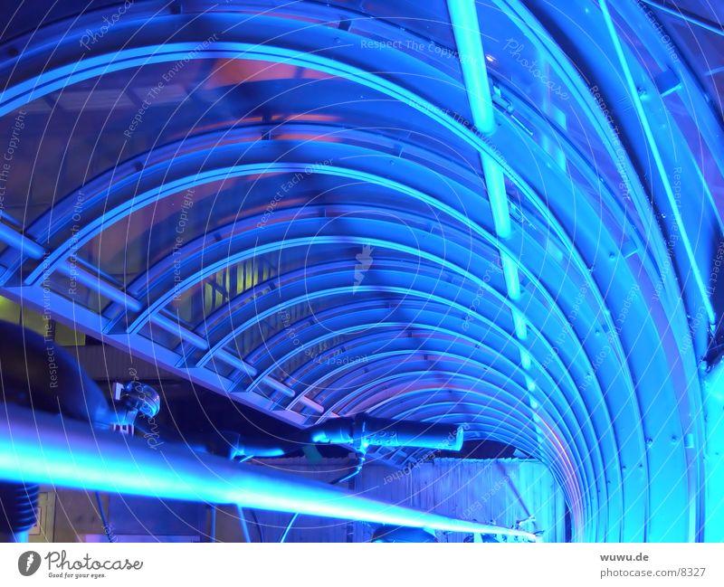 blauer Tunnel Neonlicht Licht Nacht Acryl Fahrrad Reflexion & Spiegelung Architektur Eisenrohr Glas