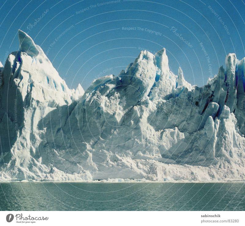 On the rocks Gletscher kalt frisch Argentinien Naturgewalt Schattenspiel Sauberkeit rein Eis Macht Umwelt Naturphänomene Südamerika hervorbrechen kalben blau