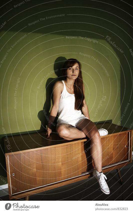 schrankophil Junge Frau Jugendliche Beine 18-30 Jahre Erwachsene Hemd Hotpants Chucks brünett langhaarig Schrank Sideboard Holz hocken sitzen ästhetisch