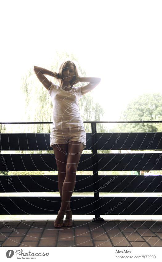 Gegenlichtmädchenbild - Einheitsbrei in lecker! Jugendliche schön weiß Sommer Baum Junge Frau 18-30 Jahre Erwachsene feminin Glück Beine frei stehen ästhetisch