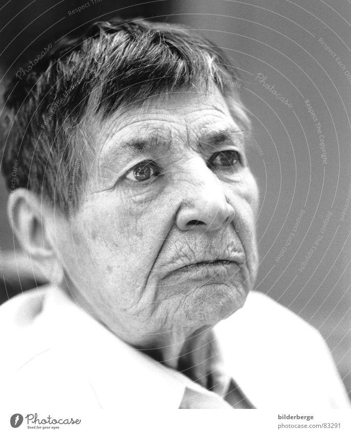 Zwischenwelten - VII Frau alt Gesicht Senior Auge Leben Stil Tod Haare & Frisuren Mund Graffiti warten Erwachsene gehen Nase Trauer