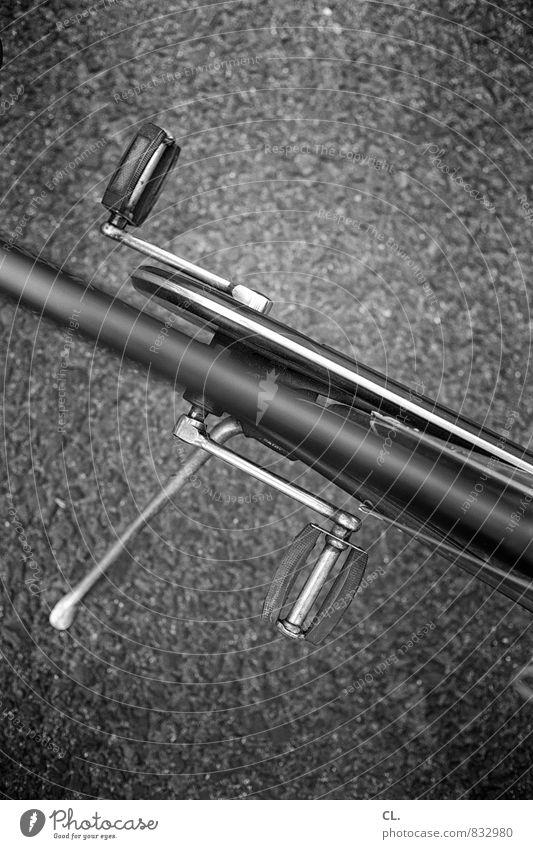 rad Verkehr Fahrradfahren Straße Wege & Pfade Bewegung grau Fahrradtour Fahrradständer Schwarzweißfoto Außenaufnahme Menschenleer Tag