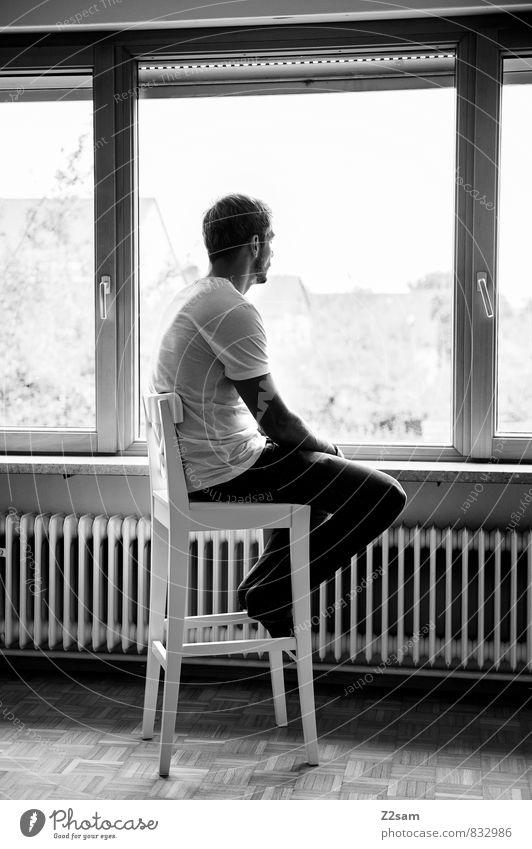 ? Jugendliche Einsamkeit ruhig 18-30 Jahre Junger Mann Fenster Erwachsene Traurigkeit natürlich Denken maskulin Wohnung Häusliches Leben elegant blond