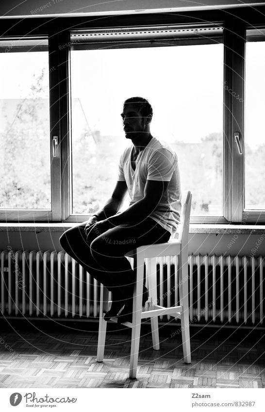 SAD elegant Häusliches Leben Wohnung Innenarchitektur maskulin Junger Mann Jugendliche 18-30 Jahre Erwachsene T-Shirt Jeanshose Oberlippenbart Denken sitzen