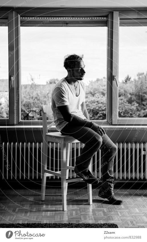 Self elegant Stil Häusliches Leben Wohnung Stuhl Wohnzimmer maskulin Junger Mann Jugendliche 18-30 Jahre Erwachsene Baum Garten T-Shirt Jeanshose kurzhaarig