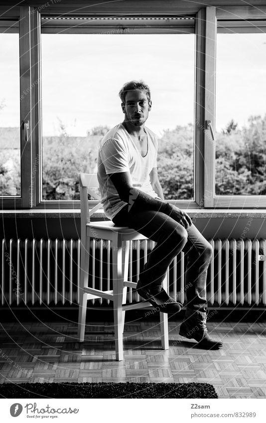 self Lifestyle elegant Stil maskulin Junger Mann Jugendliche 18-30 Jahre Erwachsene T-Shirt Jeanshose Stiefel blond Denken träumen Coolness natürlich Vorsicht