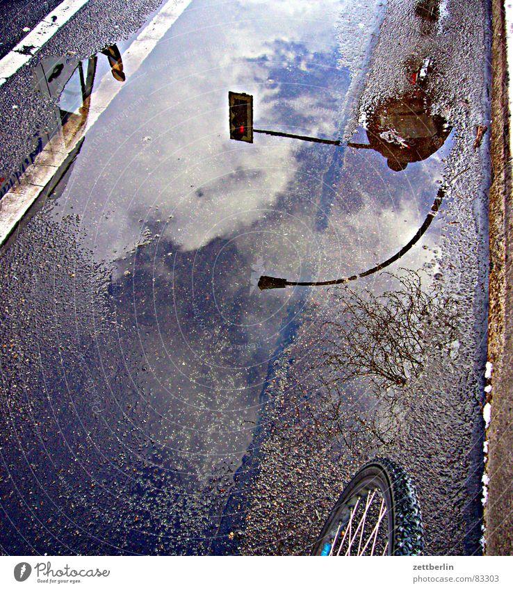 Fahrradweg Himmel Wolken Regen Straßenverkehr Verkehr Asphalt Laterne Rad Verkehrswege Ampel Mischung Straßenbelag Pfütze Hirsche