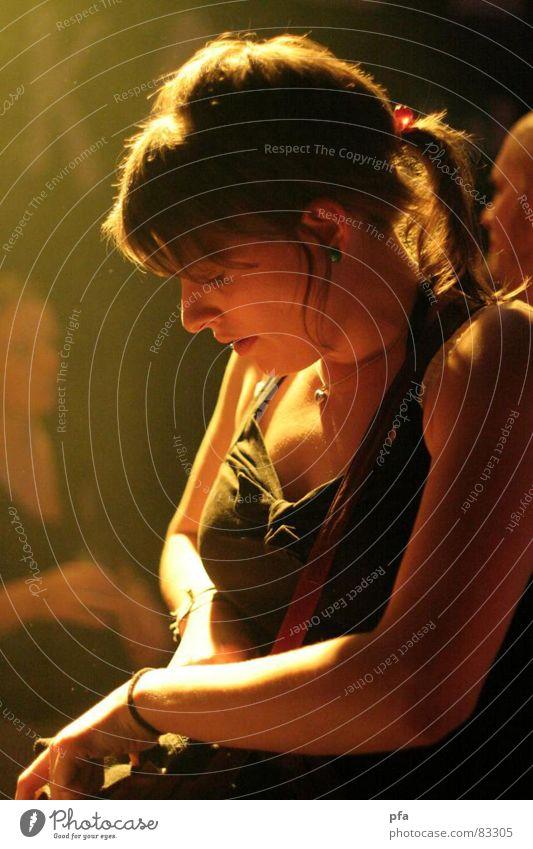 Strahlen im Gesicht Frau schön Gesicht Ferne Party Musik hell Beleuchtung Arme Haut Nase ästhetisch Perspektive süß niedlich Bild
