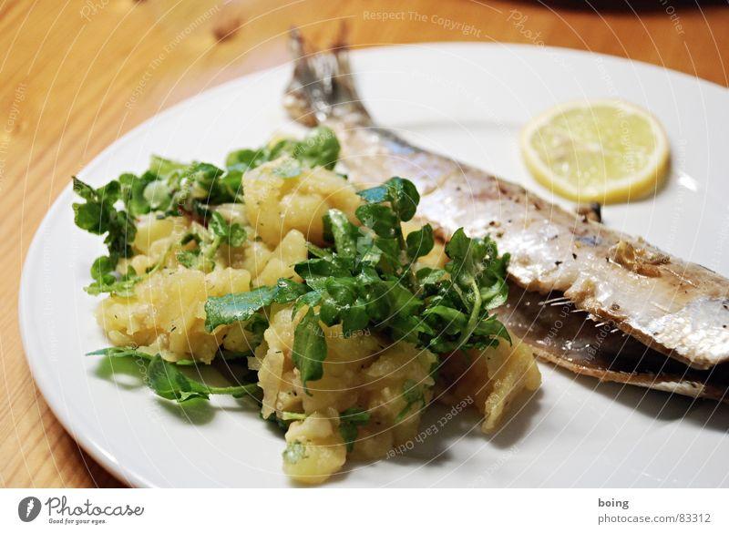 frischer Brathering ohne Marinade an Kartoffelsalat Ernährung Tisch Fisch Teile u. Stücke Gastronomie Teller Fleisch Mahlzeit Zitrone Fischereiwirtschaft