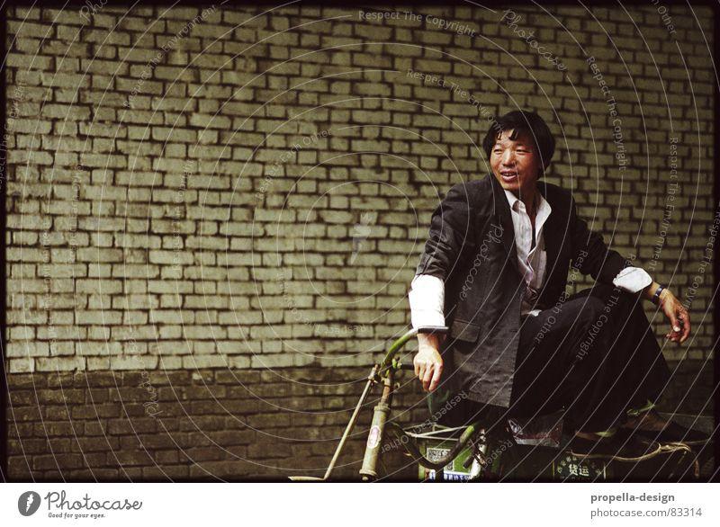 Chinese auf Fahrrad China Wand Peking Mauer Blick beobachten warten Asien Verkehrswege Mann Denken lachen sitzen Einsamkeit grinsen