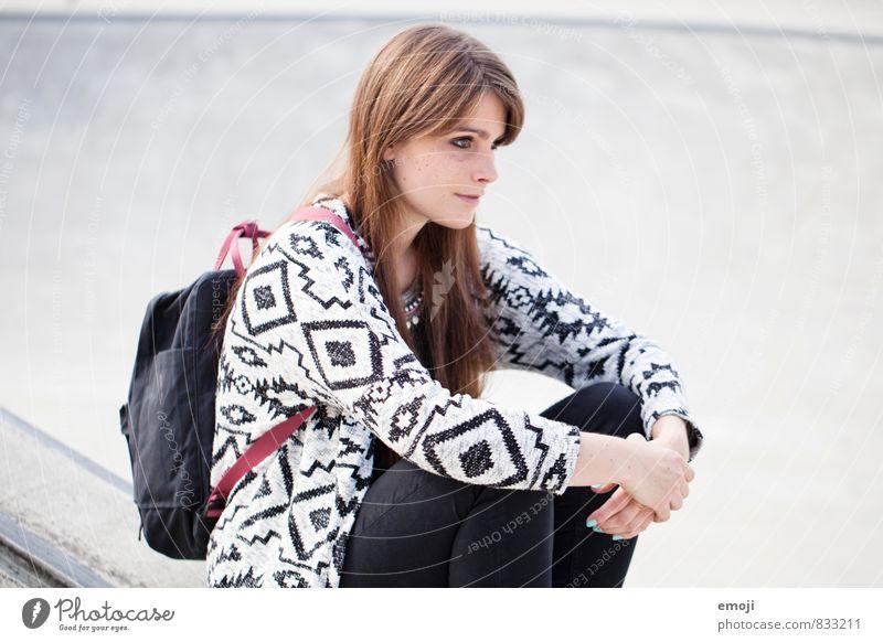 schwarzweissgrau feminin Junge Frau Jugendliche 1 Mensch 18-30 Jahre Erwachsene Mode trendy schön sitzen Farbfoto Gedeckte Farben Außenaufnahme