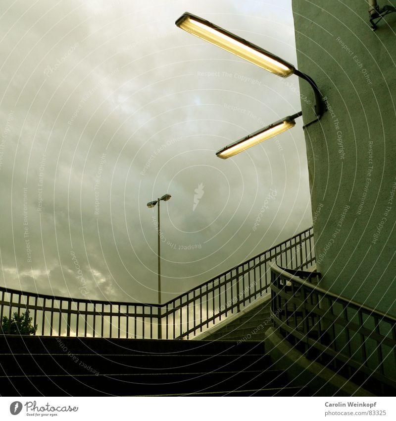 U Landungsbrücken. kurz Gitter Lampe Laterne U-Bahn Station Treppenabsatz Wolken Dämmerung grün Licht dunkel aufsteigen dreckig schlechtes Wetter Abend Bahnhof